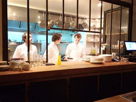 restaurant cuisine ouverte caillebotte plan de travail en bois vaisselle blanche
