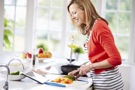 femme a la cuisine femme qui cuisine fait des repas sant 233 s recettes minceur