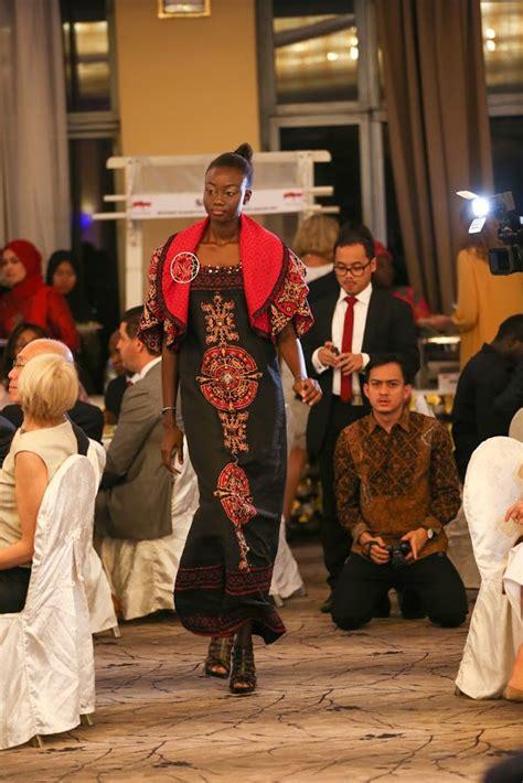 fesyen pakaian di brazzavelle afrika wow busana batik kontemporer karya 4 desainer indonesia