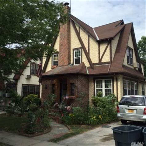 how many houses does trump own donald trump s childhood home in queens going to auction