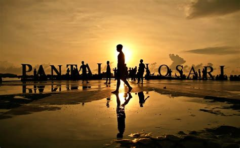 Fantasis Foto Di Pinggir 12 pantai di indonesia dengan sunset yang keren banget