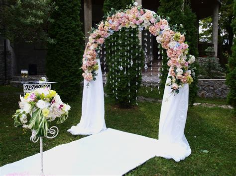 Breathtakingly Beautiful Ways to Decorate Arches for a Wedding