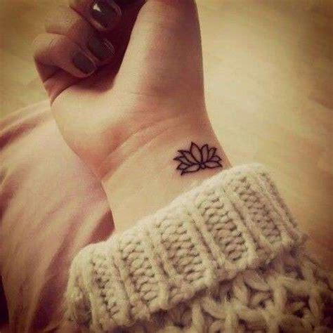 fiori di loto tatuati idee per tatuaggi sul polso foto stylosophy