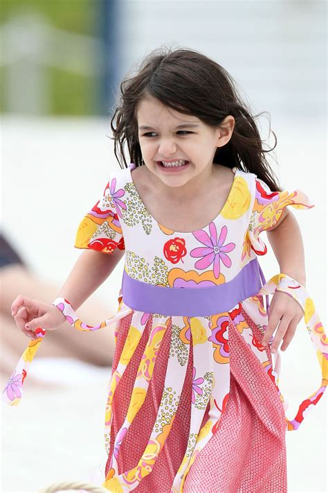 Wallpapers free downloads   hhg1216: Suri Cruise Tops the