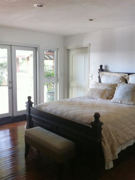 micheles bedroom dress up your design accessorize a bare bedroom hgtv