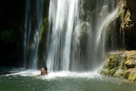 varone doccia bagno nel lagnetto sotto alla cascata davanti al mulino