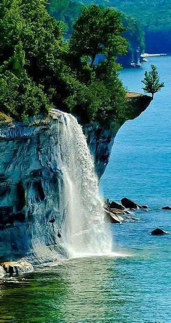 Sprei No 1 Usa spray falls in the pictured rocks national lakeshore