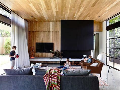 Impressionnant Peinture Maison Interieur Photo #1: maison-contemporaine-design-toit-plat-toute-grise-salon-mur-bois-lambris-moderne-baies-vitrees-sol-beton-cire-gris-toile-peinture-oeuvre-art-bar-tabourets-minimalistes.jpg