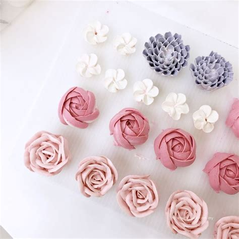 Cake Decorating Flowers Buttercream by Best 25 Buttercream Flowers Tutorial Ideas On