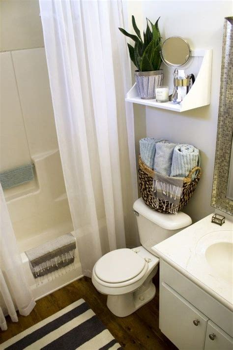 Decorating Ideas For Small Bathrooms by 25 Best Ideas About Rental Bathroom On Small