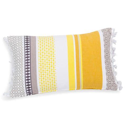 housse coussin jaune housse de coussin en coton jaune 30 x 50 cm porto maisons du monde