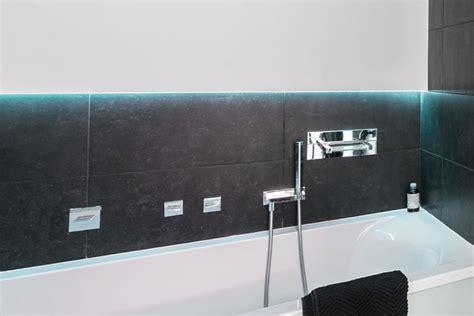 bunte beleuchtung wanddekoration im badezimmer farben bilder deko f 252 r s bad