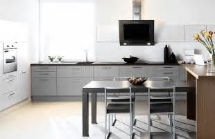 cuisine grise et tv photo 6 25 une table de 4