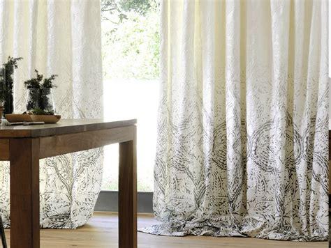 gardinen für wohnzimmerfenster raffrollo beige weiss blockstreifen