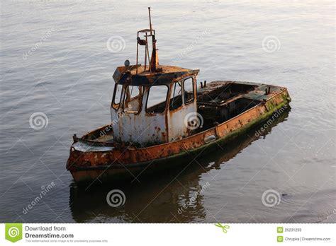 imagenes de barcos oxidados barco destruido oxidado viejo en el agua fotos de