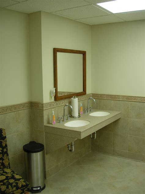 fundamenta otthonok 233 s megold 225 sok j 243 b 243 l keveset adnak small bathroom floor tile ideas ideas about tile floor
