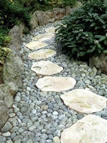 mit steinplatten den gartenweg anlegen 20 gestaltungsideen