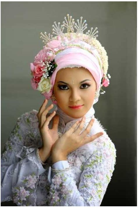 memakai jilbab pengantin modern  mahkota bunga