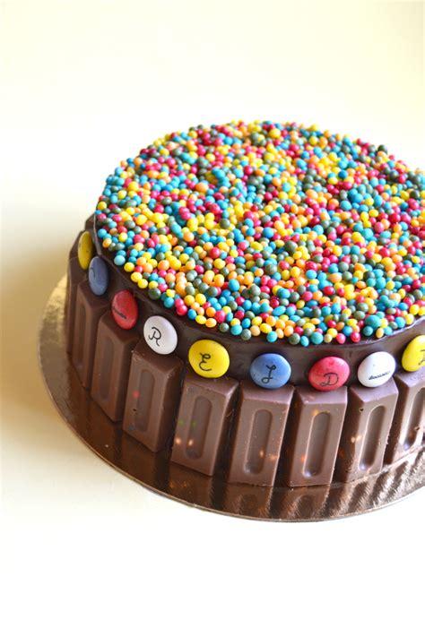 tarta de chocolate y mermelada con chocolatinas y
