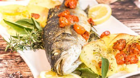 cucinare pesce al forno pesce al forno con patate