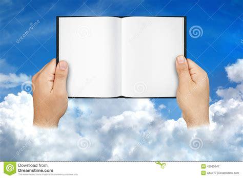 libro espacios en blanco manos que sostienen las nubes abiertas del cielo del libro del espacio en blanco imagen de