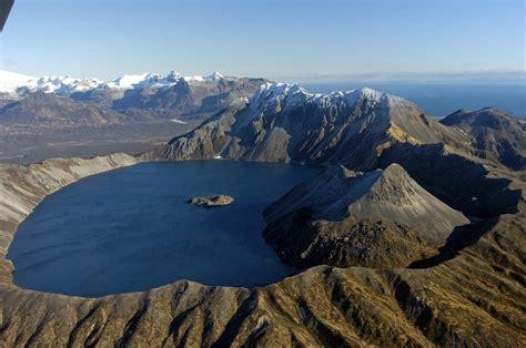 bentuk gunung api strato shield cone  caldera