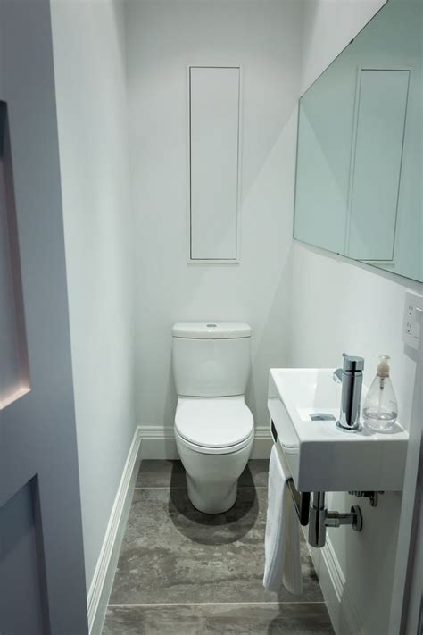 small powder room 25 beste idee 235 n over tiny half bath op pinterest