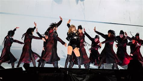 taylor swift concert snake pit taylor swift plays snake queen at reputation tour in santa