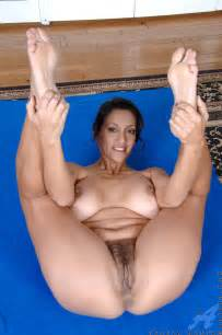 yoga with a busty mature   hotsexymaturebabes