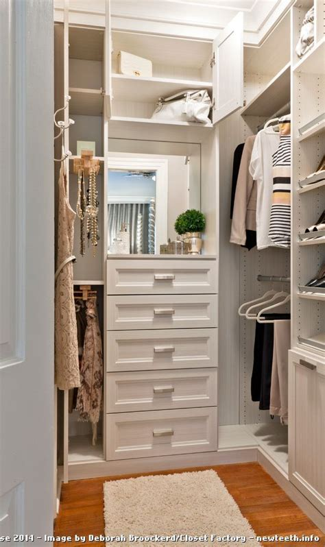 Walk In Closet In Small Bedroom by 25 Best Ideas About Vanity In Closet On