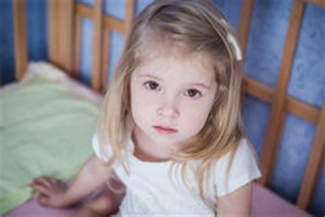 imagenes niños asustados ni 241 a asustada en el primer de la cama fotograf 237 a de