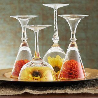 Centrotavola Con Bicchieri Centrotavola Moderno Con Bicchieri Di Vetro Rovesciati E Fiori