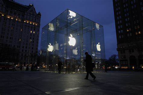apple new york apple s fifth avenue new york store is relocating fortune