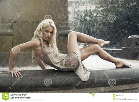 donna bagnata donna bagnata in fontana della citt 224 in pioggia