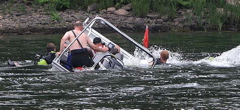 york river boat sinks boat sinks during rescue attempt for teen in delaware