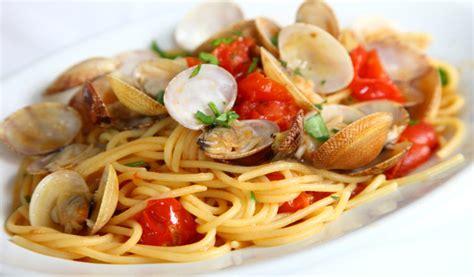 come si cucinano gli spaghetti di riso spaghetti alle vongole e pomodorini la voglia di mare