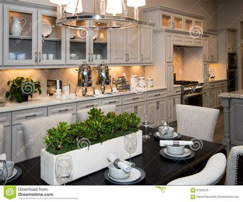 cucina con sala da pranzo nuove cucina e sala da pranzo enormi fotografia stock
