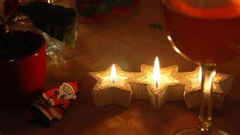 immagini di candele natalizie atmosfera natalizia candele di natale fai da te deabyday tv