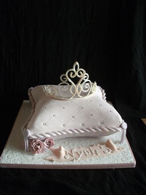 Crown On Pillow Cake by 25 Best Ideas About Tiara Cake On Princess