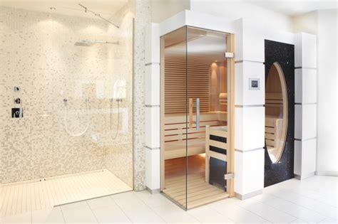 badezimmer fenster glas sauna mit glas 252 ber eck und gro 223 em ovalen fenster modern
