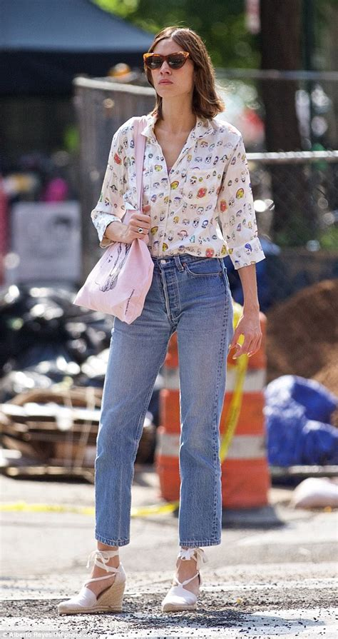 Blouse Denim 3671 chung looks cool in printed shirt and high waisted