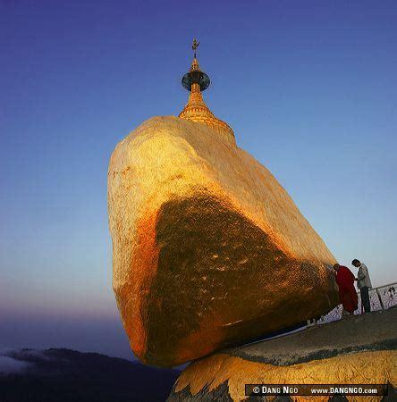 Sehelai Rambut Dalam Batu kyaiktiyo pagoda di atas batu emas yang disangga rambut