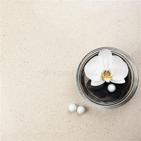 fiore bianco fiore bianco dell orchidea in vaso di vetro con acqua e le