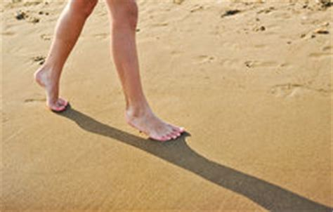 footprints sand along suoi stock photo 546483796 piedi dell adolescente immagine stock immagine di puro 32029631