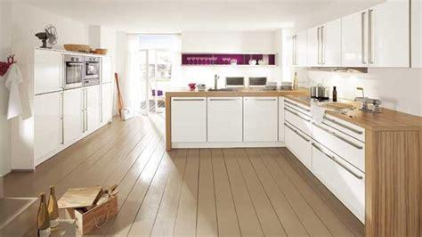 cuisine bois plan de travail blanc un plan de travail en contraste avec les meubles de la cuisine