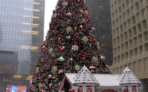 daley plaza christmas tree chicago travel leisure