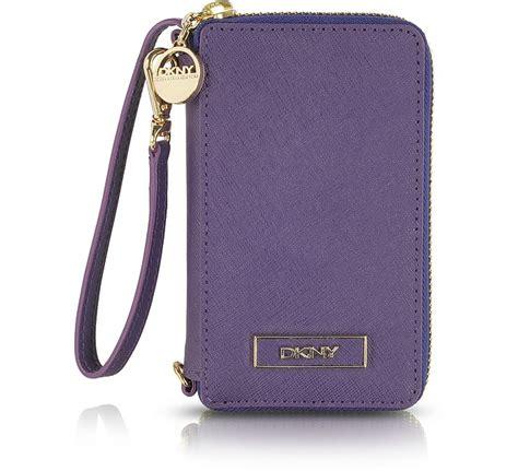 portafoglio porta iphone portafoglio porta iphone in pelle saffiano viola dkny su