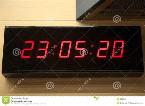 digitale klok op de muur stock illustratie illustratie