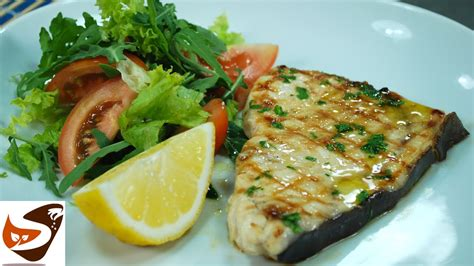 cucinare pesce in padella pesce spada arrostito alla griglia alla piastra in