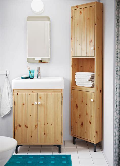 corner bathroom cabinet mirror ikea ein kleines badezimmer mit silver 197 n waschkommode mit 2